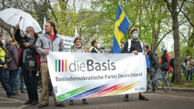 """""""Basis""""-Anhänger:innen demonstrieren am 1. Mai in Berlin"""