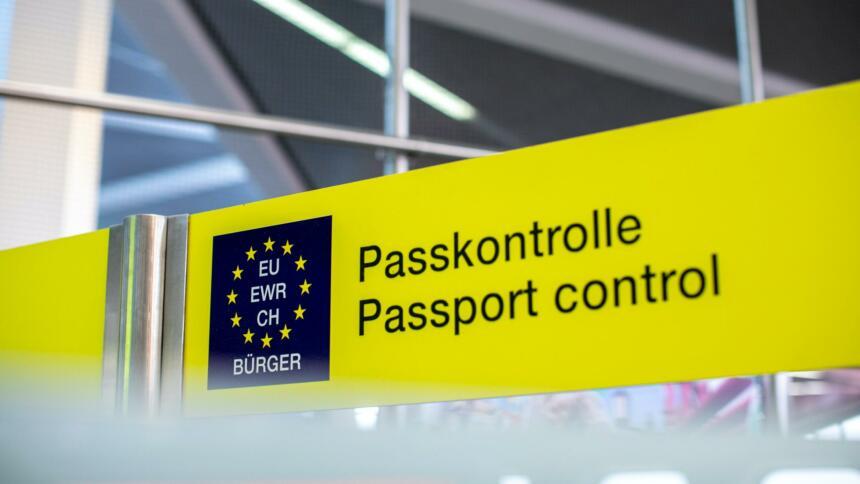 Schild mit der Aufschrift Passkontrolle am Fughafen