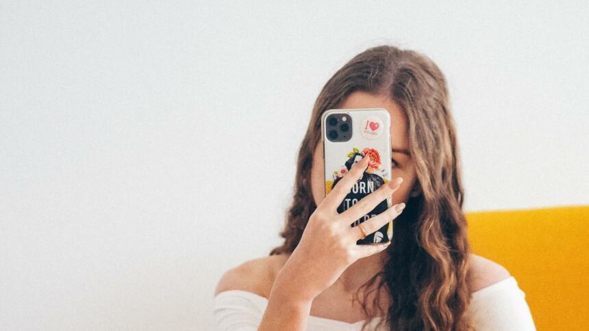 Frau hält Smartphone vor Gesicht