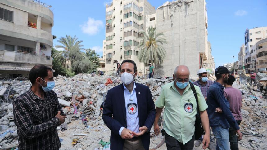 Menschen vor einem zerstörten Haus im Gaza-Streifen