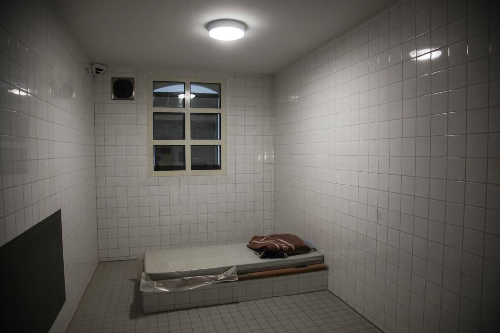 Besonders gesicherter Haftraum ohne gefährdete Gegenstände in der Untersuchungshaftanstalt Berlin Moabit.
