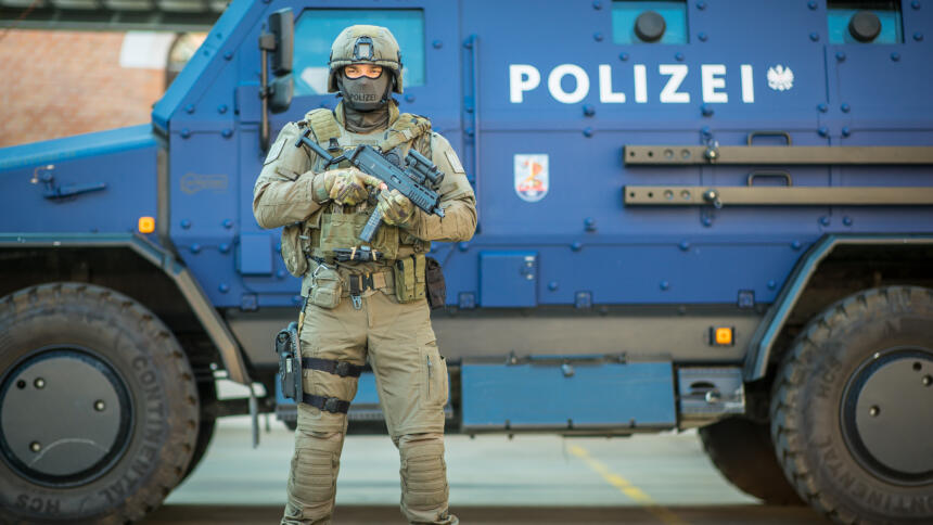 Das Bild zeigt einen Polizeipanzer.
