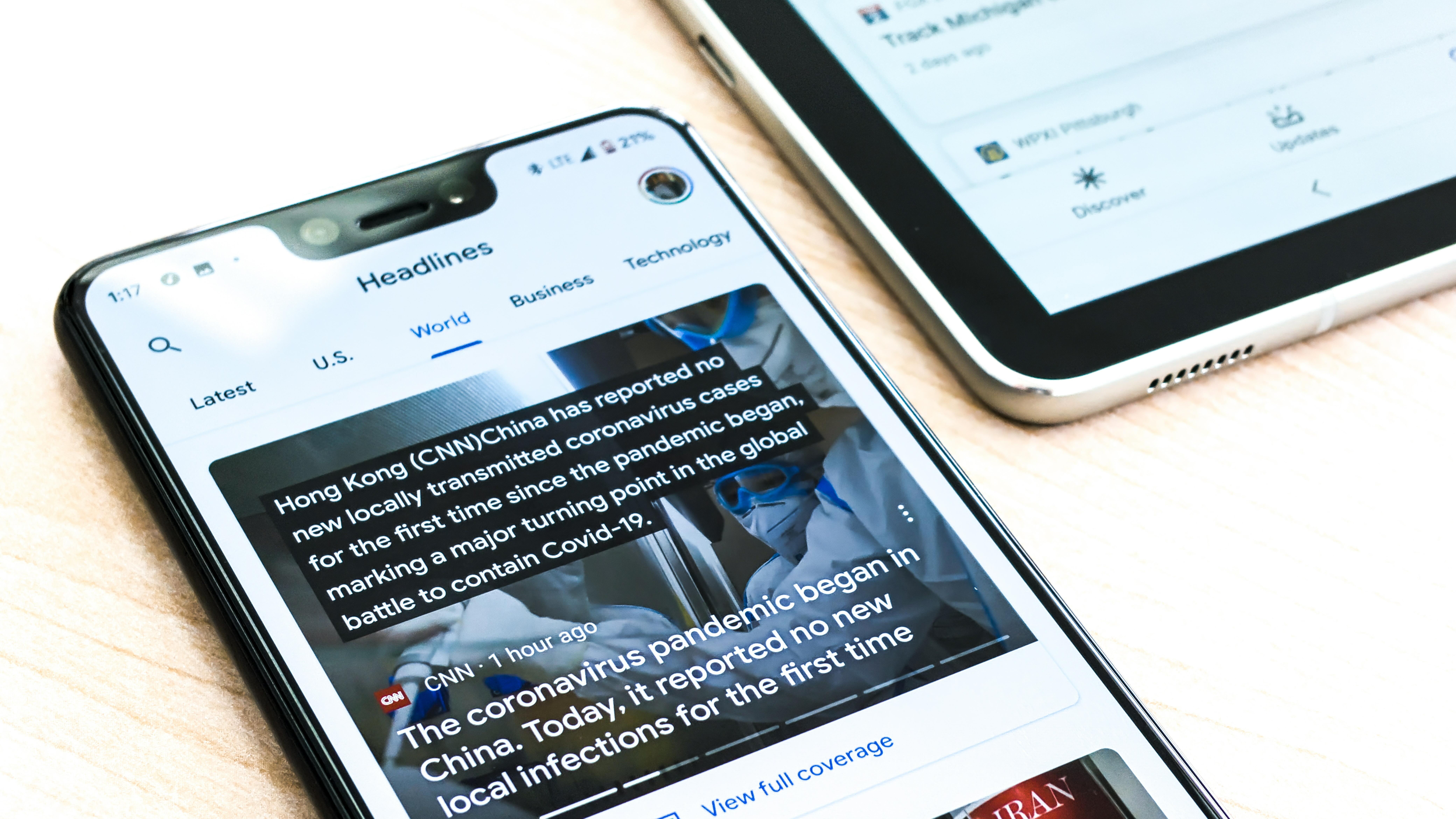 Smartphone mit Nachrichtenartikeln über Corona