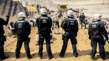 Polizeikette vor Demonstrierenden
