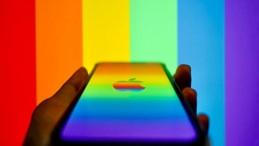 Apple-Smartphone und Regenbogenfarben