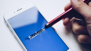 Smartphone mit durchgestrichenem Facebook-Schriftzug