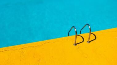 Eine Leiter in einen Pool in minimalistischer Ästhetik.