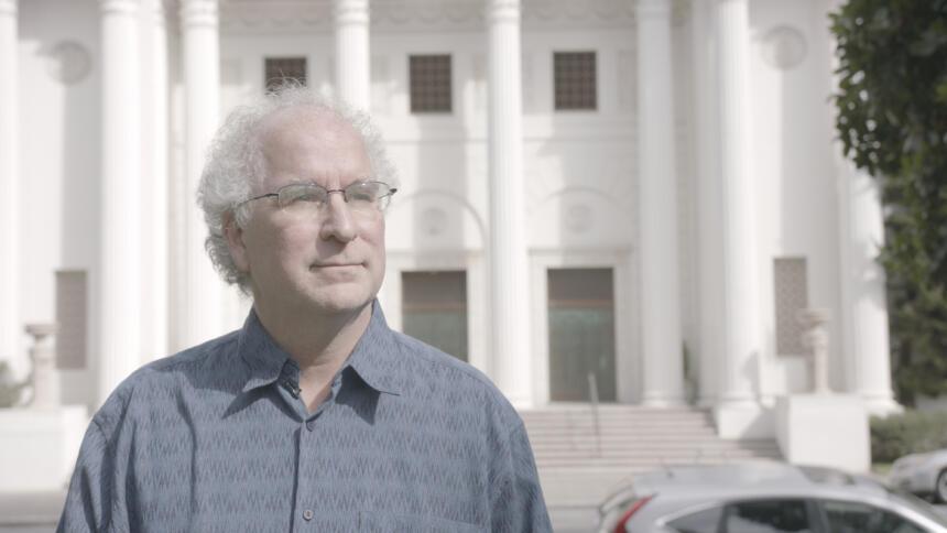 Brewster Kahle, Chef des Internet Archives, steht vor der Zentrale der Organisation, einer ehemaligen Kirche in San Francisco.