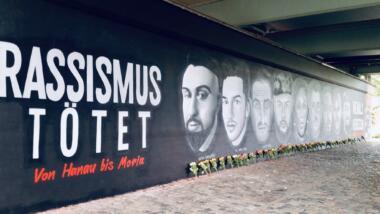 Das Bild zeigt ein Graffiti zu den neun Ermordeten in Hanau und ihre Namen.