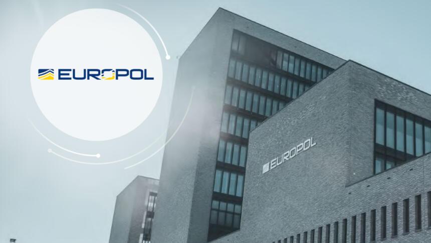 Das Bild zeigt das Europol-Gebäude und das Logo der Agentur.