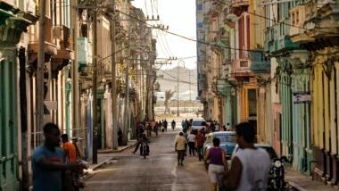 Mit Menschen befüllte Straße in Havanna, Kuba