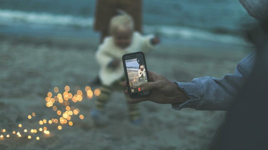 Kleinkind wird von Handy gefilmt