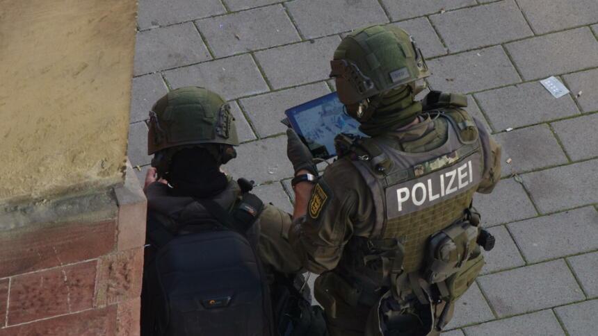 Polizist fliegt Drohne