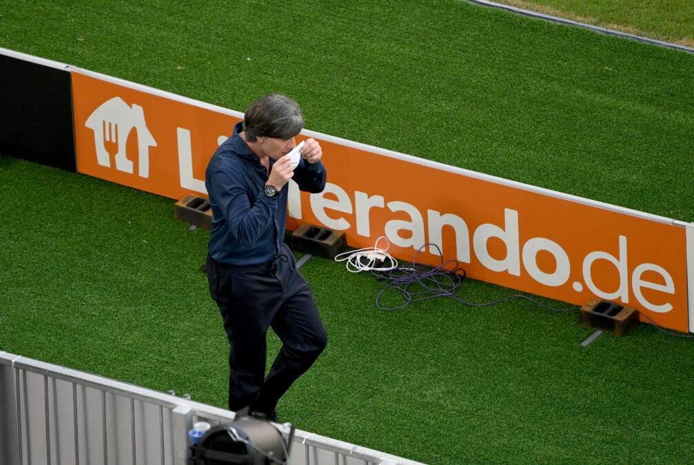 Jogi Löw bei der Fußball-EM vor einem Werbebanner mit Lieferando-Aufschrift
