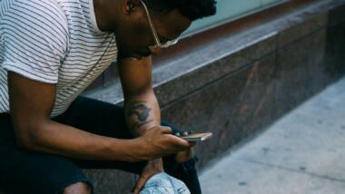 Mann schaut auf Smartphone