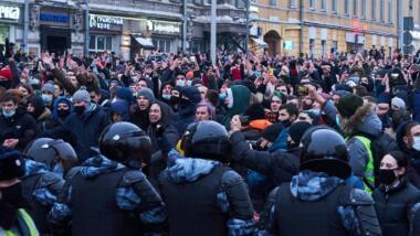 Demonstranten und Polizei stehen sich gegenüber