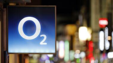 Ein O2-Logo an einem Fachgeschäft in Köln. O2 ist seit 2002 eine Marke des in Europa und Lateinamerika tätigen Telekommunikationsunternehmens Telefonica.