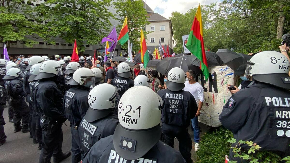 Polizisten und Demonstranten stehen sich gegenüber