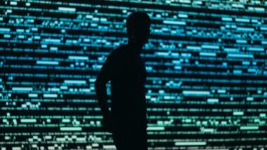 Mensch vor Bildschirmwand