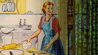 Eine Abbildung einer Frau mit roten Haaren und Schürzen in einer Küche im 50er-Jahre Magazin Stil. Collage mit einem Matrix-Effekt.