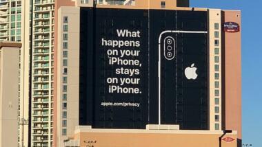 """Eine Billboard-Werbung an einem Hochhaus, auf der die Rückseite eines iPhones neben dem Satz """"What happens on your iPhone, stays on your iPhone."""""""