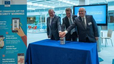 Das Bild zeigt Prof. Reimund Neugebauer, Präsident der Fraunhofer-Gesellschaft, EU-Kommissar Günther Oettinger und Ortwin Neuschwander, Geschäftsführer der TURM solutions GmbH, beim Drücken eines fiktiven Startknopfes.