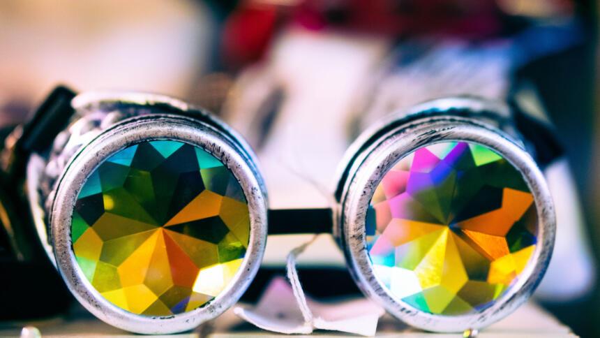 Eine Brille mit bunten Kaleidoskop-Gläsern.