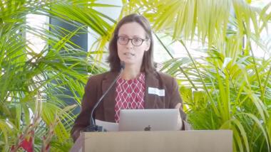 Henriette Litta steht hinter einem Rednerpult.