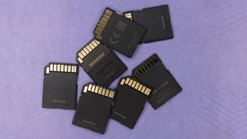 Speicherkarten vor lila Hintergrund.