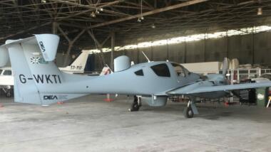 Das Bild zeigt ein zweimotoriges Flugzeug in einem Hangar.
