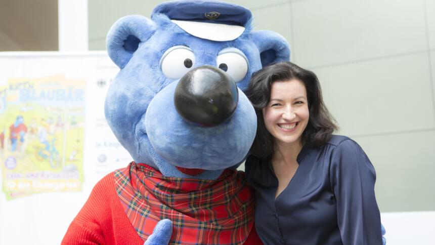 Dorothee Bär Arm in Arm mit Käpt'n Blaubär.
