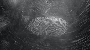 Fingerabdruck auf schwarzem Untergrund