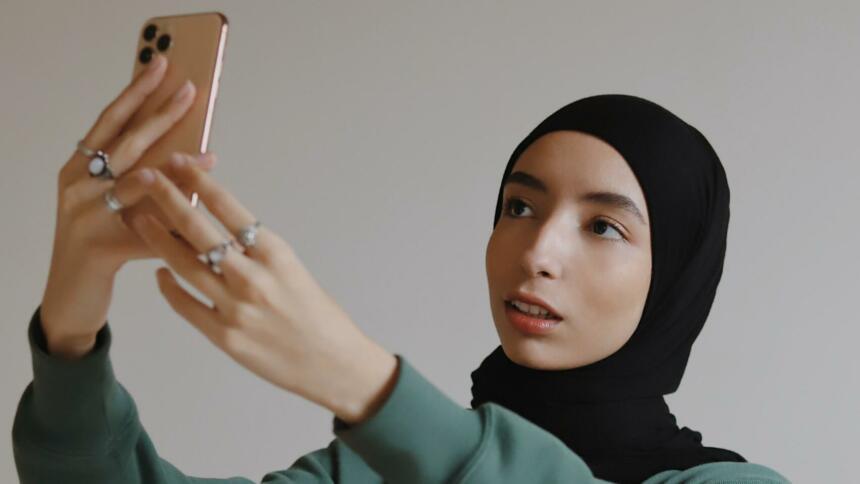 Jugendliche filmt sich mit Smartphone