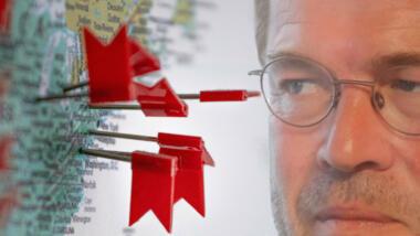 Guttenberg schaut auf Karte