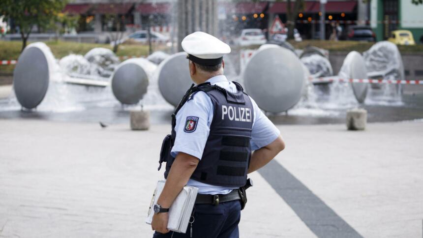 Polizist am Ebertplatz vor Wasserspiel