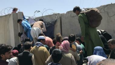 Menschen an Flughafenmauer