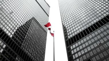 Kanadische Fahne zwischen Hochhäusern