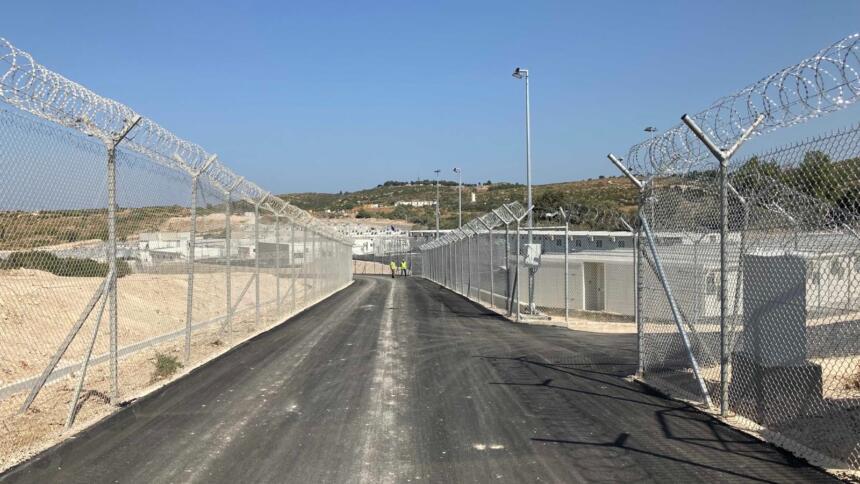 Das Bild zeigt zwei Reihen Zaun am Rand des Lagers Samos.