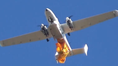 Das Bild zeigt eine Tekever-Drohne, die eine Rettungsinsel abwirft.