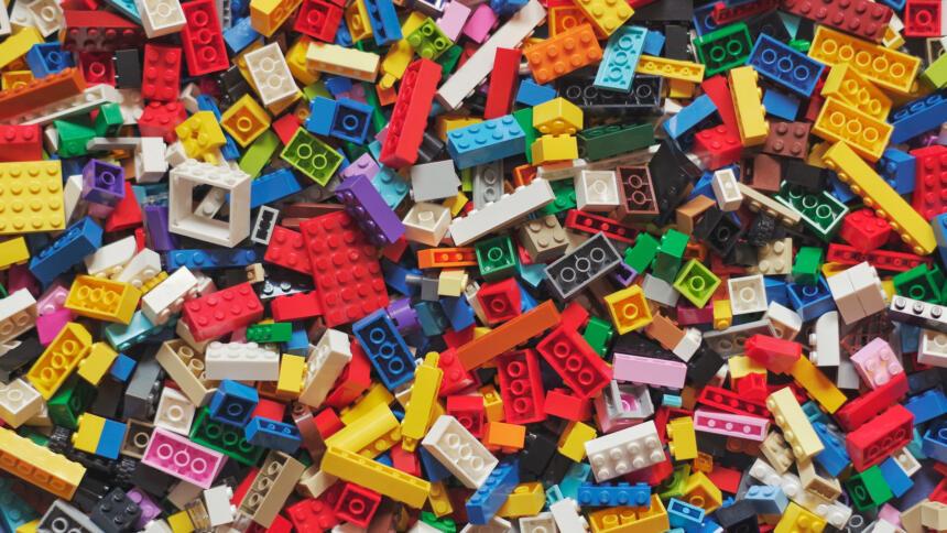 Ein Haufen bunter Lego-Bausteine.