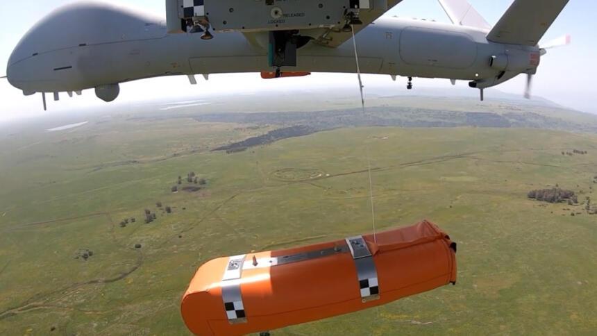 Das Bild zeigt eine Elbit-Drohne, die eine Rettungsinsel abwirft.