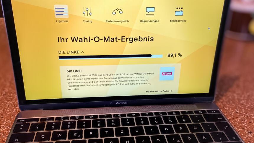Foto eines Laptop mit Wahl-O-Mat-Website