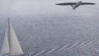 Das Bild zeigt eine Drohne über einem Segelboot auf dem Meer.