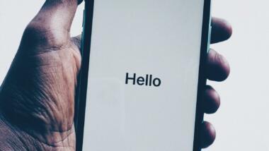 iPhone in der Hand eines Nutzers