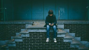 Junge mit Handy