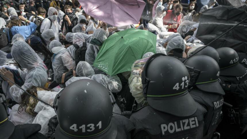 Polizei geht gegen Demonstrierende vor