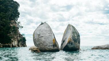 Die Felsformation Tokangawhā / Split Apple Rock vor der Küste Neuseelands