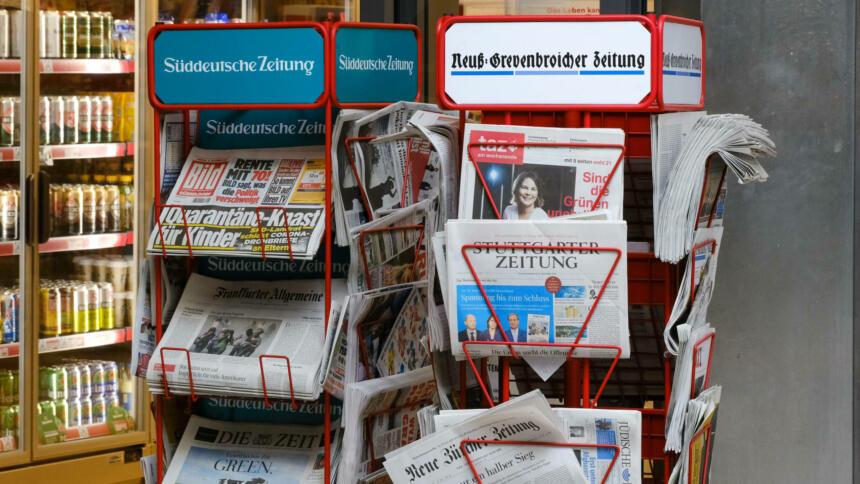 Zwei Stände mit Zeitungen.