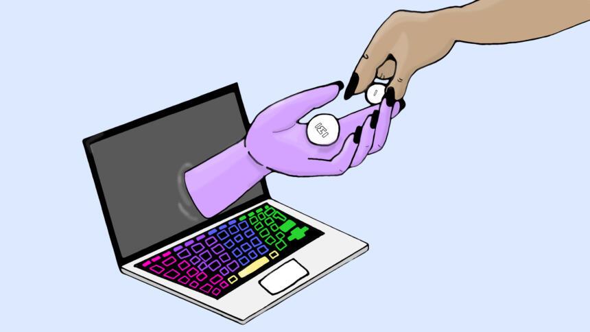 Eine Hand reicht zwei Tabletten aus einem Laptop heraus.