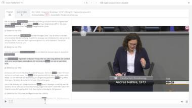 Screenshot von Open Parliament TV. Links ist das Transkript einer Rede von Andrea Nahles zum Thema Rentenversicherung zu sehen. Auf der rechten Seite ist das zugehörige Video zu sehen.